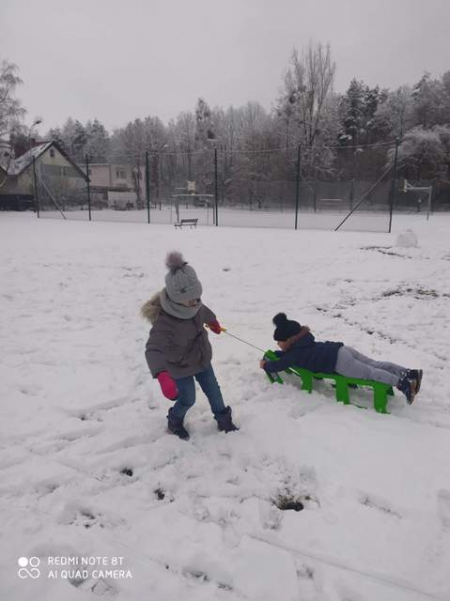 Zimowe zabawy najmłodszych dzieci